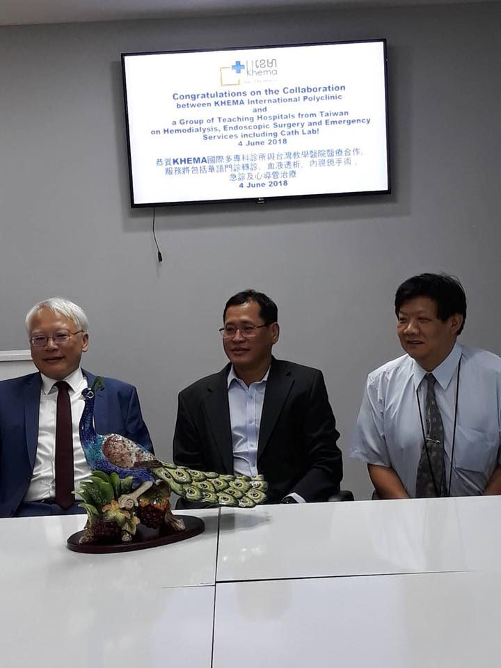Director Oum Sopheap(middle) with Prof. Duujian Tsai(left) & Deputy Superitendant Dr. Fan(right) from Ping Tung Christian Hospital hold Press Conference