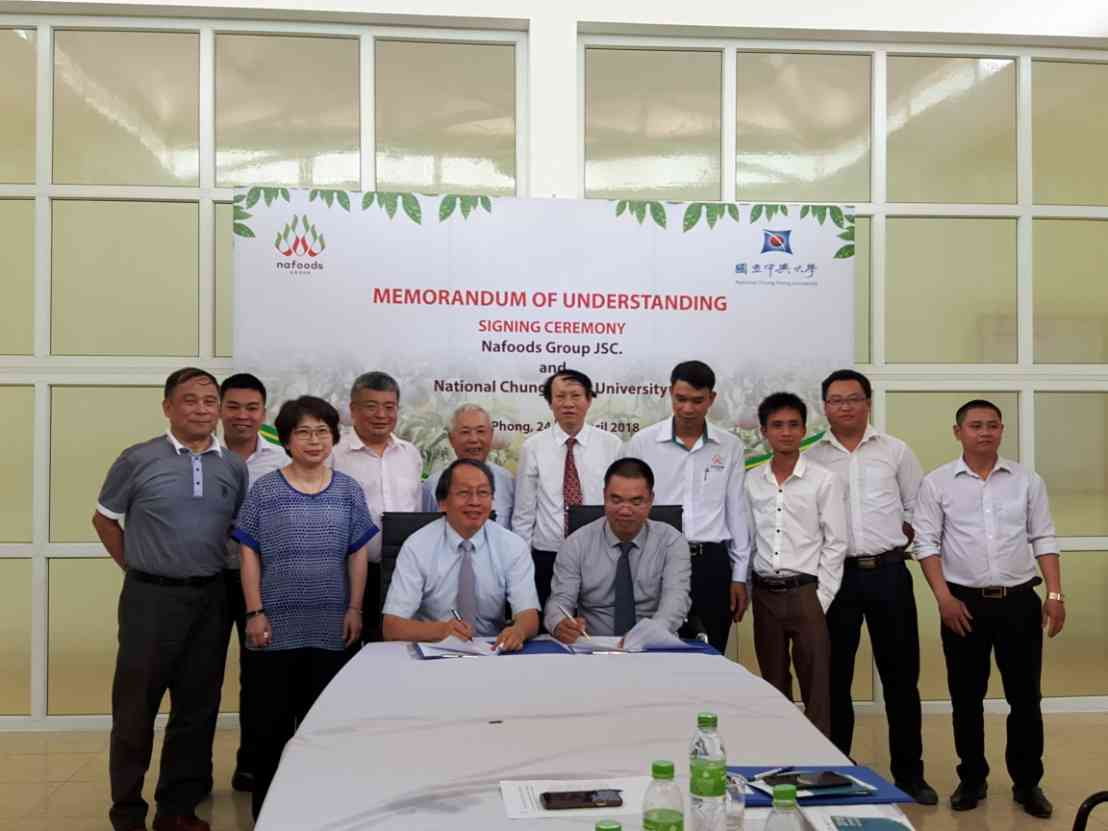 Prof. Yeh from NCHU and NaFoods representative Mr. Thai signed a memorandum of cooperation, to develop the passion fruit virus detection technology.