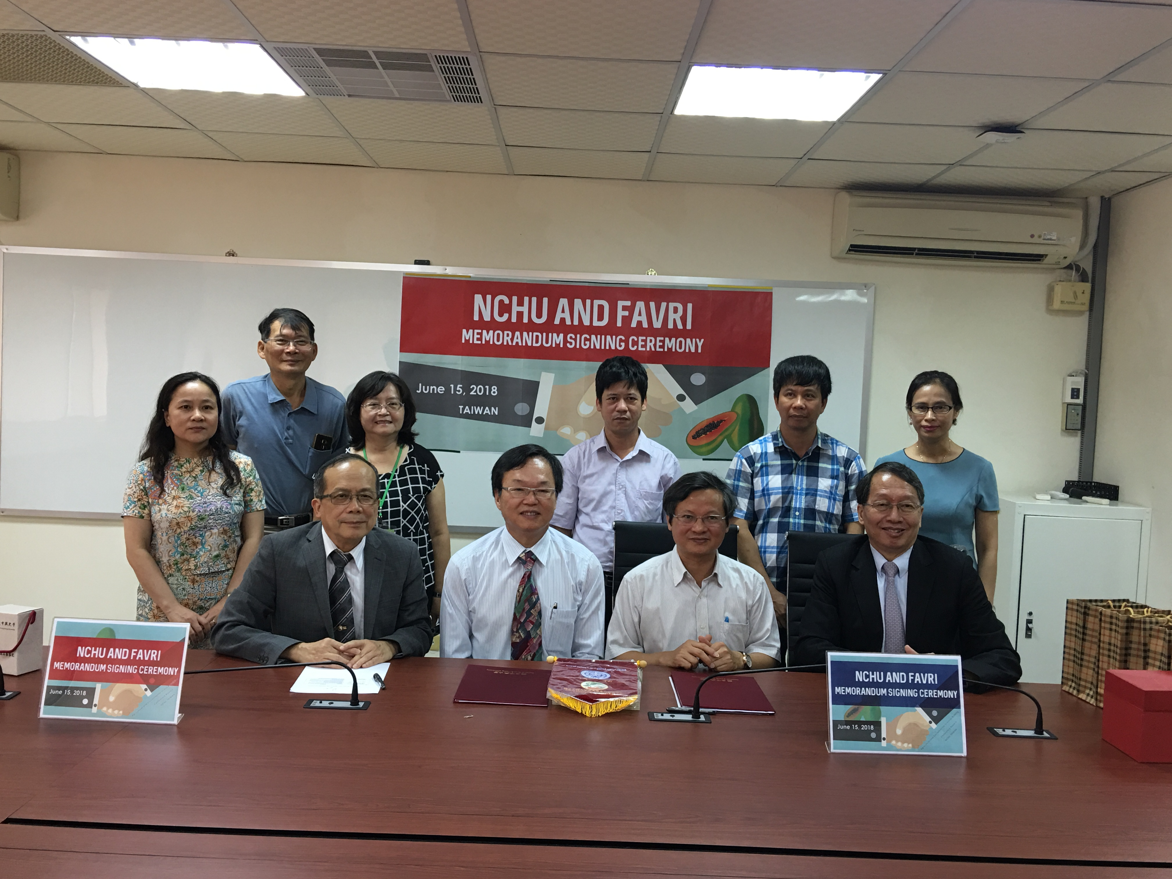 Vietnam Fruit and Vegetable Research Institute and College of Agricultural and Natural Resources of NCHU signed a memorandum of cooperation.