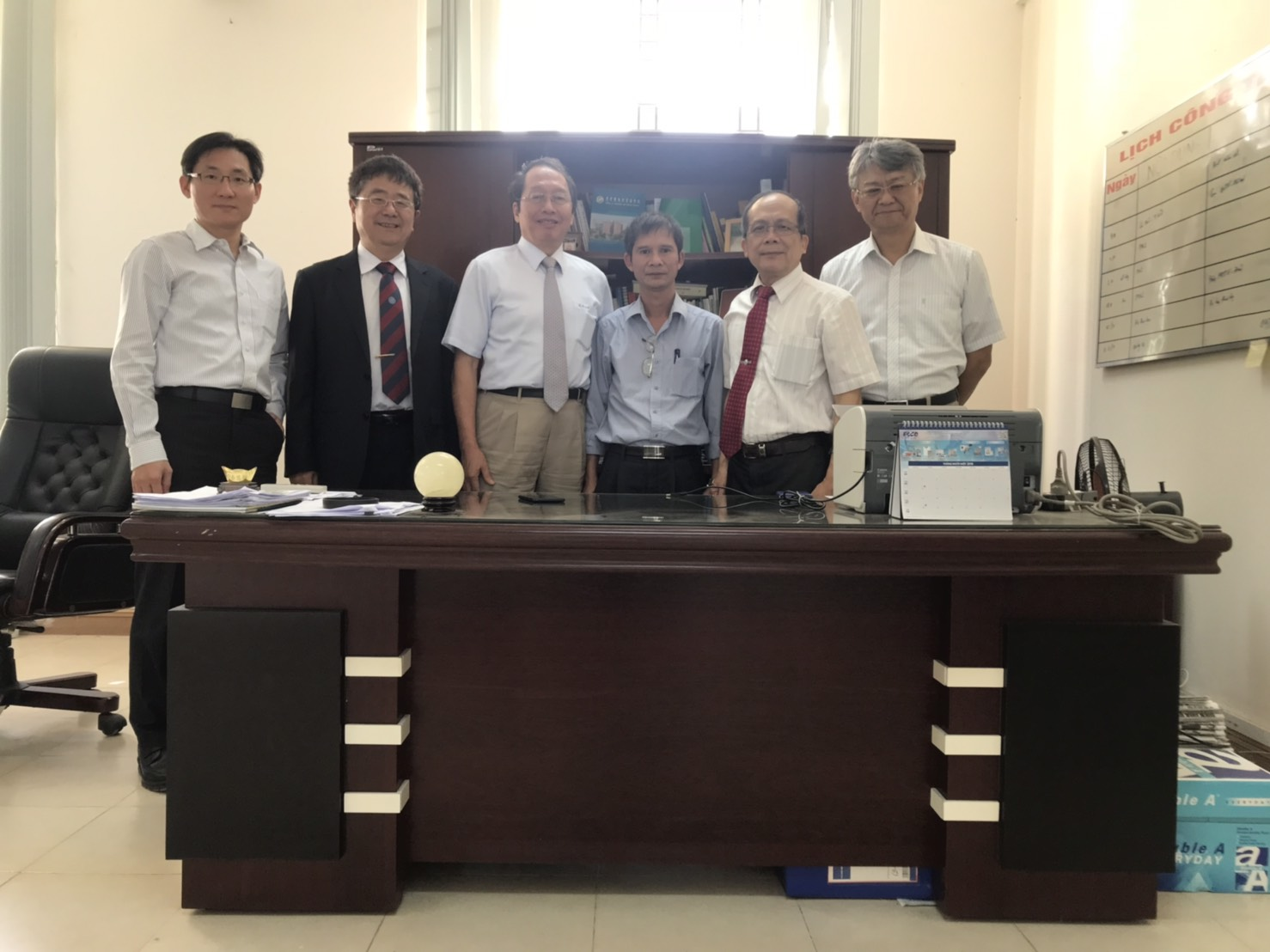 Dr. Ha Minh Thanh (third from right), Deputy Dean of PPRI, received Academician Shyi-Dong Yeh, Vice President Jenn-Wen Huang and Taiwan representatives.