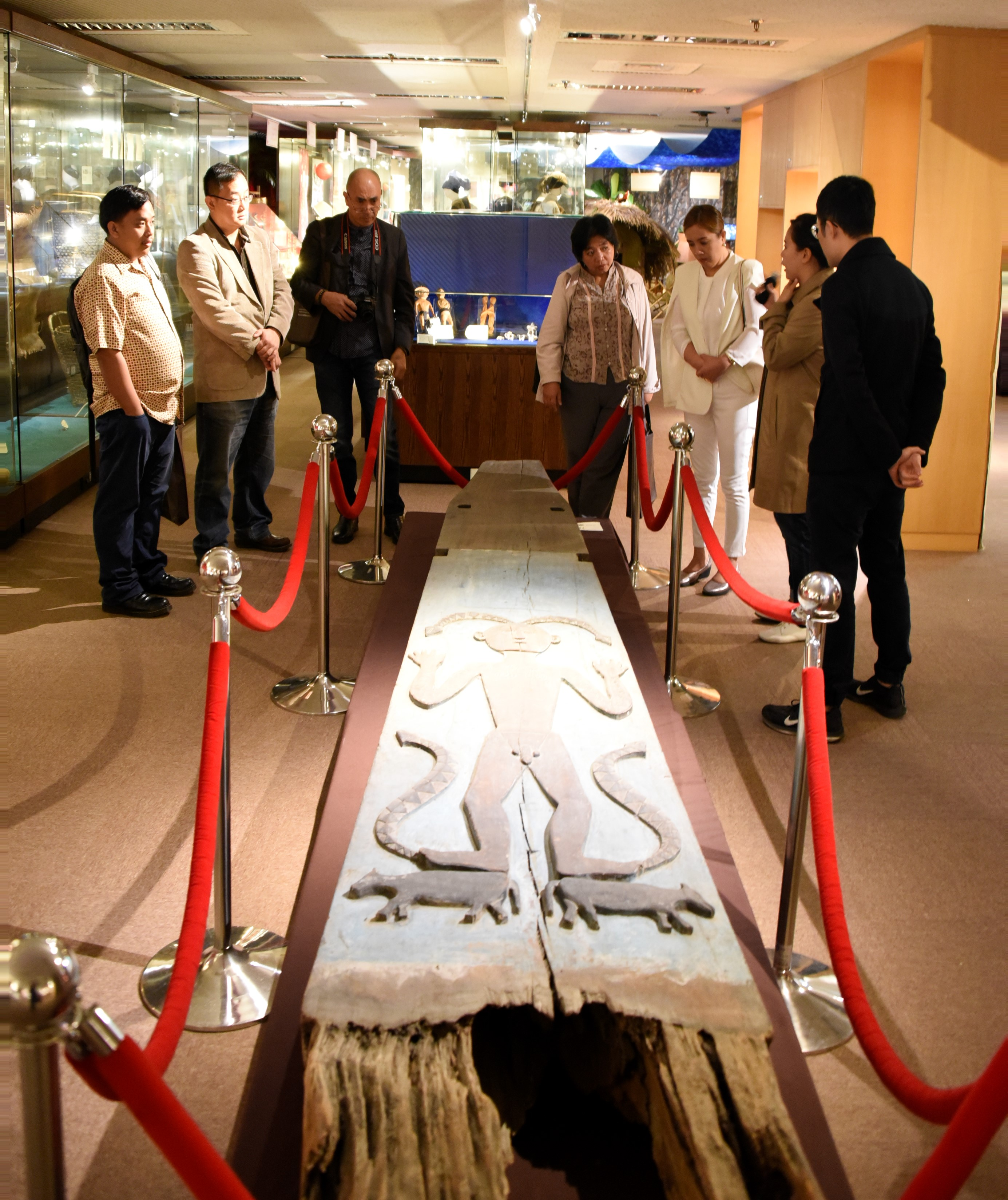 In the ethnology museum, IFSU President and scholars were admiring the holy pillar of Taiwanese indigenous people.