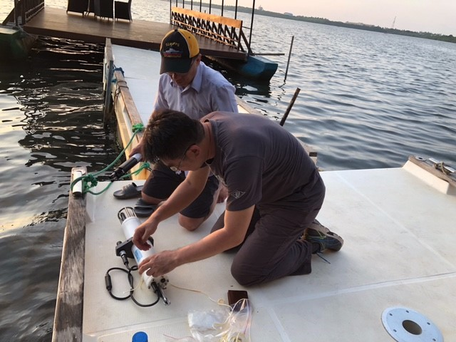 Professor Wen-Chen Chou (Institute of Marine Environment and Ecology, NTOU) and Professor Wei-Jen Huang (Department of Oceanography, NSYSU) set up an instrument in the Negombo lagoon for 36 hours of continuous monitoring.