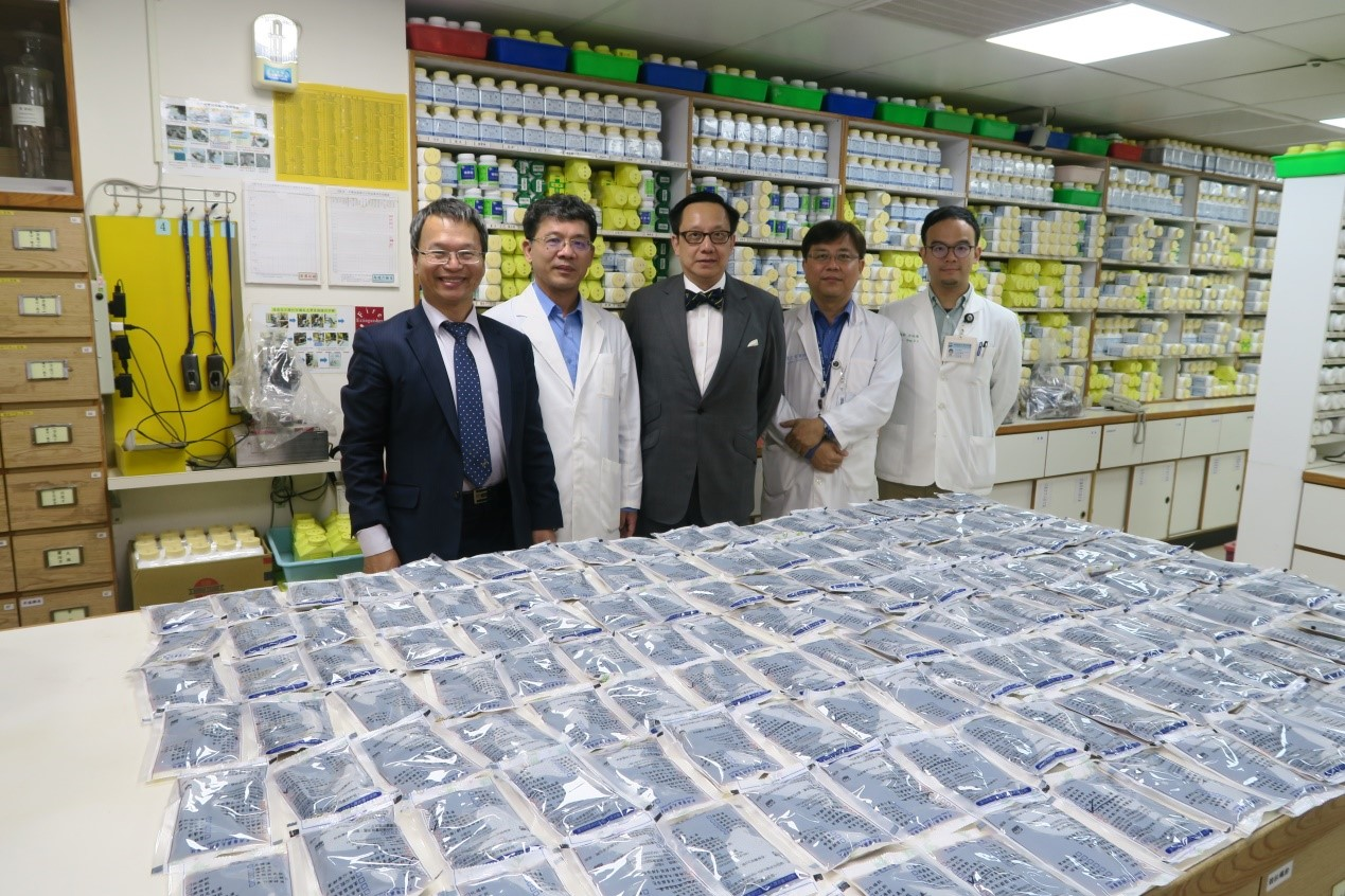 Dean Liang-Yo Yang (the first person from the left) accompanied Dean Yap Seng CHONG (the person in the middle), the Yong Loo Lin School of Medicine, National University of Singapore (NUS) to visit Traditional Chinese Medicine Pharmacy at CMUH.