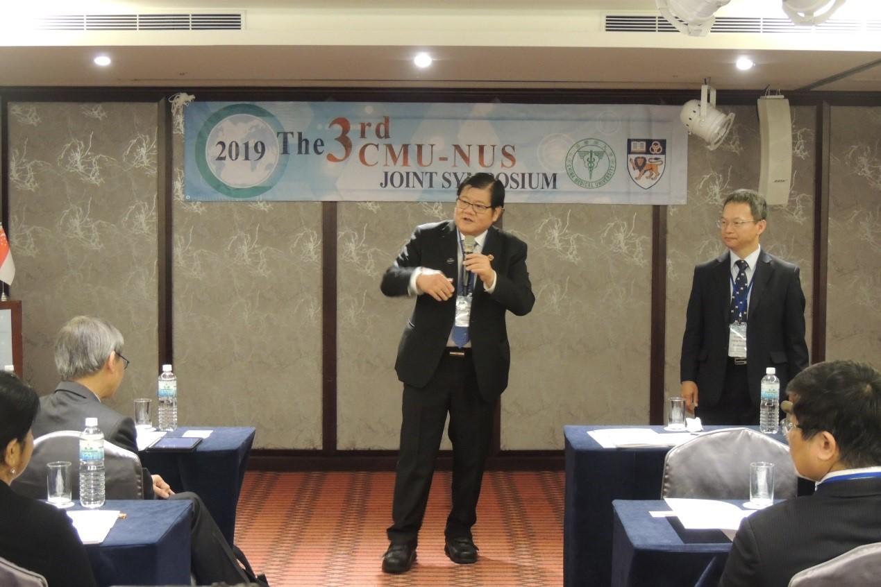 圖二、中國醫大洪明奇校長於「第三屆中國醫大暨新加坡國立大學雙邊研討會」開幕致詞。