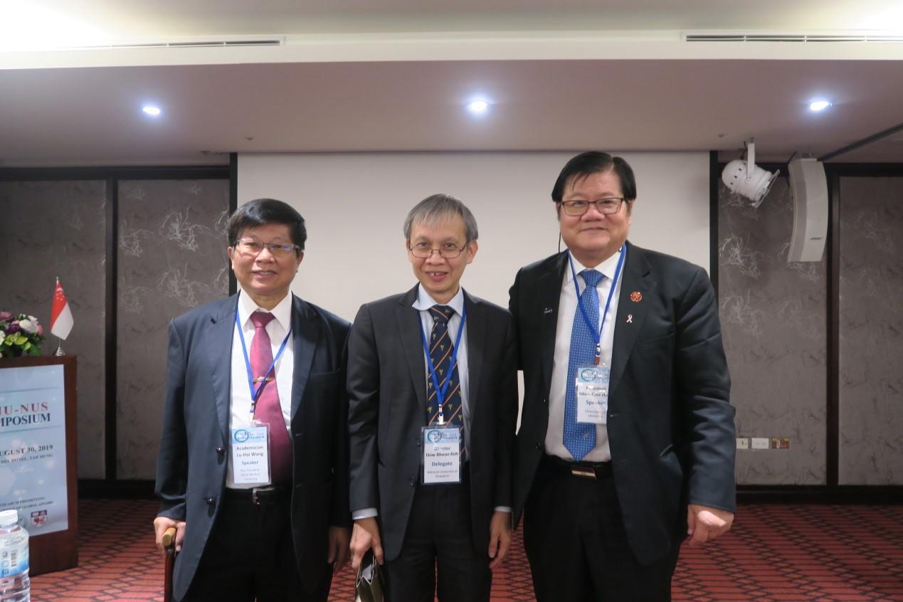圖三、中國醫大洪明奇校長(右一)與王陸海副校長(左一)與新加坡國立大學Yong Loo Lin School of Medicine負責國際事務的Dow Rhoon KOH主任合影。