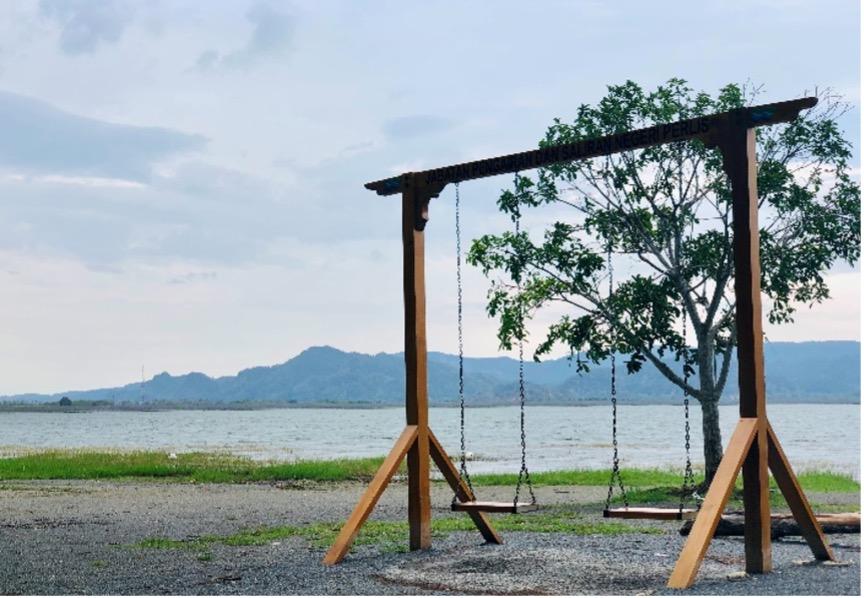 知瑪達蘇湖一隅:湖泊的水量較多時,鞦韆處下方也會充滿湖水,在湖面上盪鞦韆是另一種詩情畫意的休閒。
