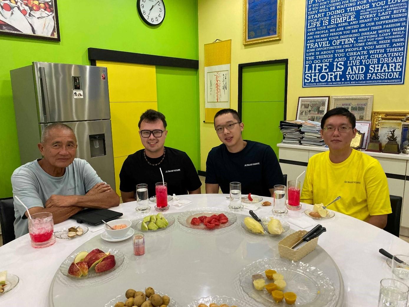 來自臺灣KBCC的團隊,與NNTBG園長Kampon Tansacha (左一)合影