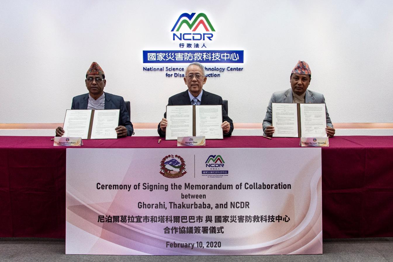 災防科技中心陳宏宇主任(中)與尼泊爾葛拉宜市(Ghorahi) Narulal Chaudhary市長(左)與與塔科爾巴巴市(Thakurbaba) Ghan Narayan Shrestha市長(右),共同簽訂防災合作協議