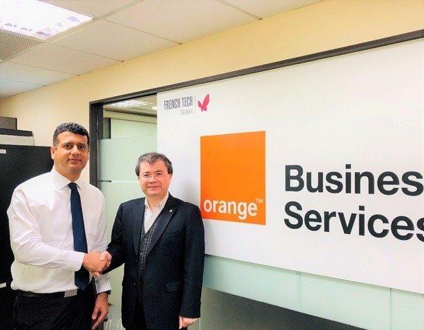 皇輝科技執行長張智強博士(右)與法國電信集團Orange OAB代表合影。 皇輝科技/提供
