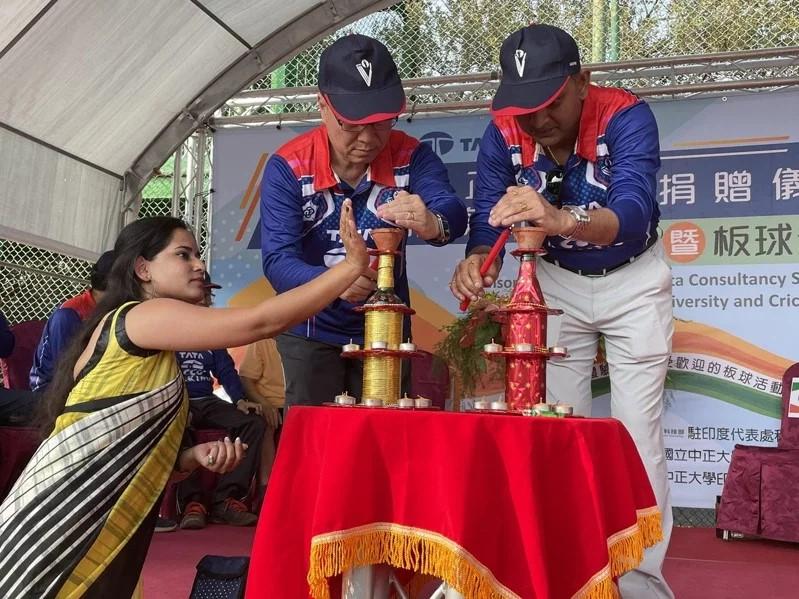 捐贈儀式首先由正大學副校長張文恭及塔塔公司董事長馬凱薩帶領貴賓進行印度傳統的點燈祈福,祈願未來雙方合作順利。