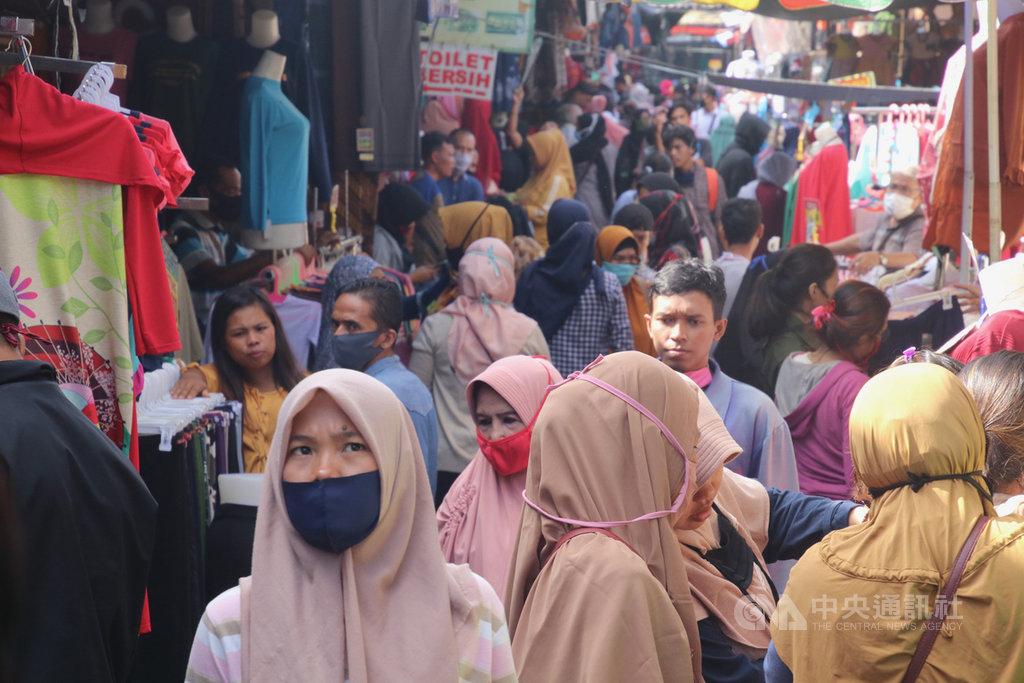 伊斯蘭教的齋戒月將結束,印尼許多民眾到市場添購新衣,準備歡度開齋節。位於雅加達中區Tanah Abang商場附近的服飾街20日滿是人潮。中央社記者石秀娟雅加達攝 109年5月21日