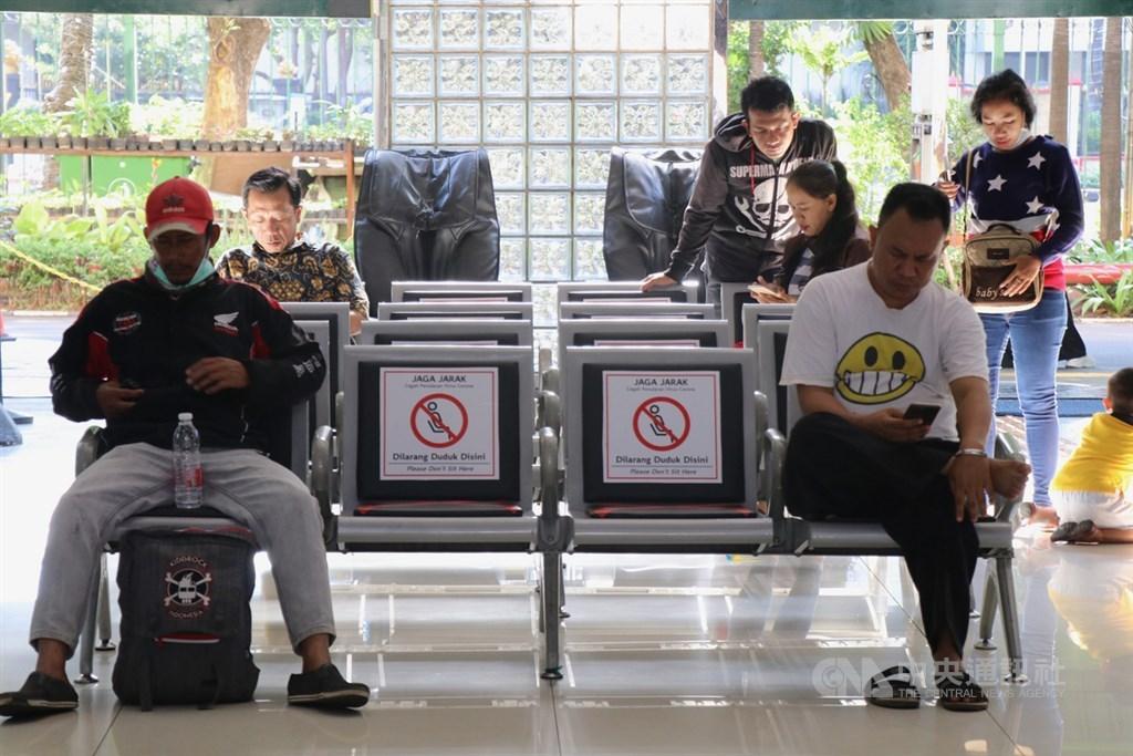 外交部14日說,第二波防疫援外口罩將援贈印尼、澳洲、越南、新加坡等新南向政策目標國家共160萬片口罩。圖為1日印尼雅加達甘比爾車站候車旅客。中央社記者石秀娟雅加達攝 109年4月6日