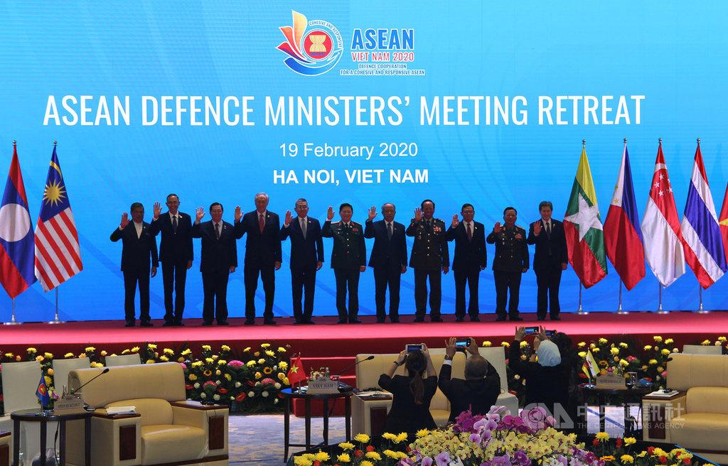 東協國防部長非正式會議19日在越南河內市舉行,將加強軍醫等領域合作以因應2019年冠狀病毒疾病(COVID-19)疫情。圖為與會代表會前合影。中央社河內攝 109年2月19日