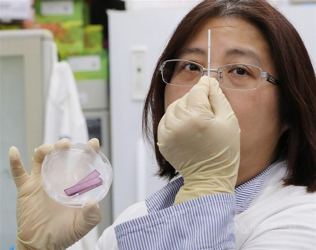 中央研究院基因體研究中心實驗室3月9日展示成功合成能辨識2019新型冠狀病毒蛋白質的單株抗體群過程,將可作為檢測快篩裝置的關鍵試劑。中央社記者郭日曉攝 109年3月9日