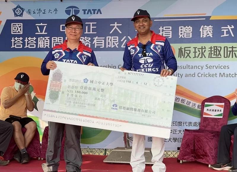 印度百年企業塔塔公司董事長馬凱薩(右)將支票捐贈給中正大學副校長張文恭(左)。