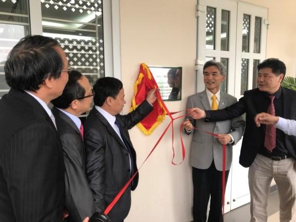 VAAS-NCHU ASTIC 揭牌  左起主持人葉錫東教授、興大黃振文副校長、越南國家農業科學院(VAAS)院長Dr. Nuyen Hong Son、興大薛富盛校長及VAAS副院長Dr. Thanh 。