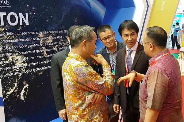 國研院國家太空中心林俊良主任(中)與台灣駐印尼陳忠大使(左一)、印尼經濟統籌部官員交換意見