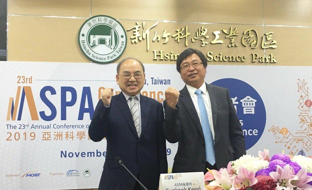 竹科管理局長王永壯(右)同時是亞洲科學園區協會ASPA理事長,與ASPA秘書長Sunkook Kwon共同主持2019 ASPA國際年會記者會。 孫震宇/攝影