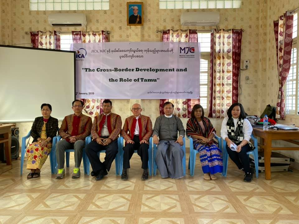 """The group photo of the attendants at """"The Cross-Border Development and the Role of Tamu"""" seminar."""