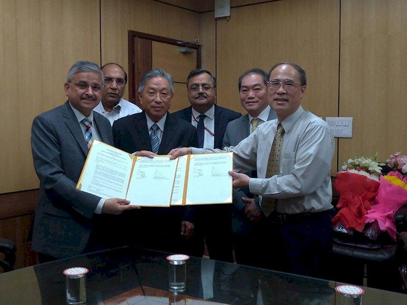 國立成功大學與全印度醫科大學簽訂合作備忘錄。(成功大學提供)