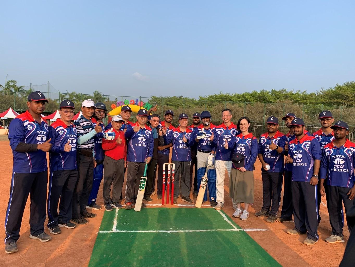 塔塔公司董事長馬凱薩及中正大學副校長張文恭與校內長官、師生等一同體驗板球活動。