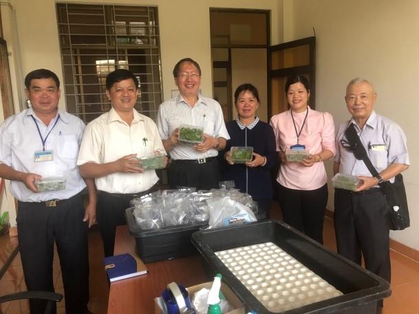 葉教授(左三)訪問南方園藝試驗所(SOFRI)與兩位副所長Dr. Hoa (左二)及Dr. Yen (右三)合影,並轉贈木瓜組織培養苗。