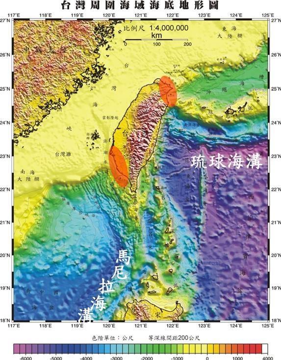 中央氣象局研判馬尼拉海溝有引發大型地震與海嘯潛勢,規劃與菲律賓合作,從屏東枋山到呂宋島中部,布建長800公里海纜觀測系統。圖為台灣周圍海域海底地形圖。(圖取自氣象局網頁cwb.gov.tw)