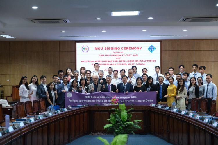 人工智慧製造系統研究中心簡禎富主任與越南芹苴大學校長Ha Thanh Toan簽署雙邊合作協議。