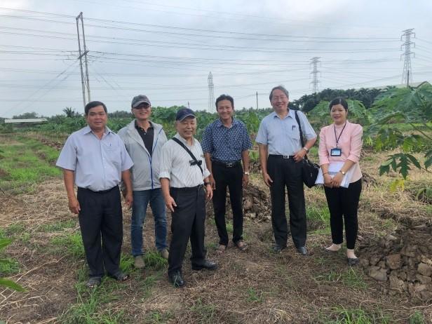 葉錫東教授(右二)在南方園藝試驗所與Dr. Ngoc Hai Huynh (右一)視察交互保護木瓜試驗田。