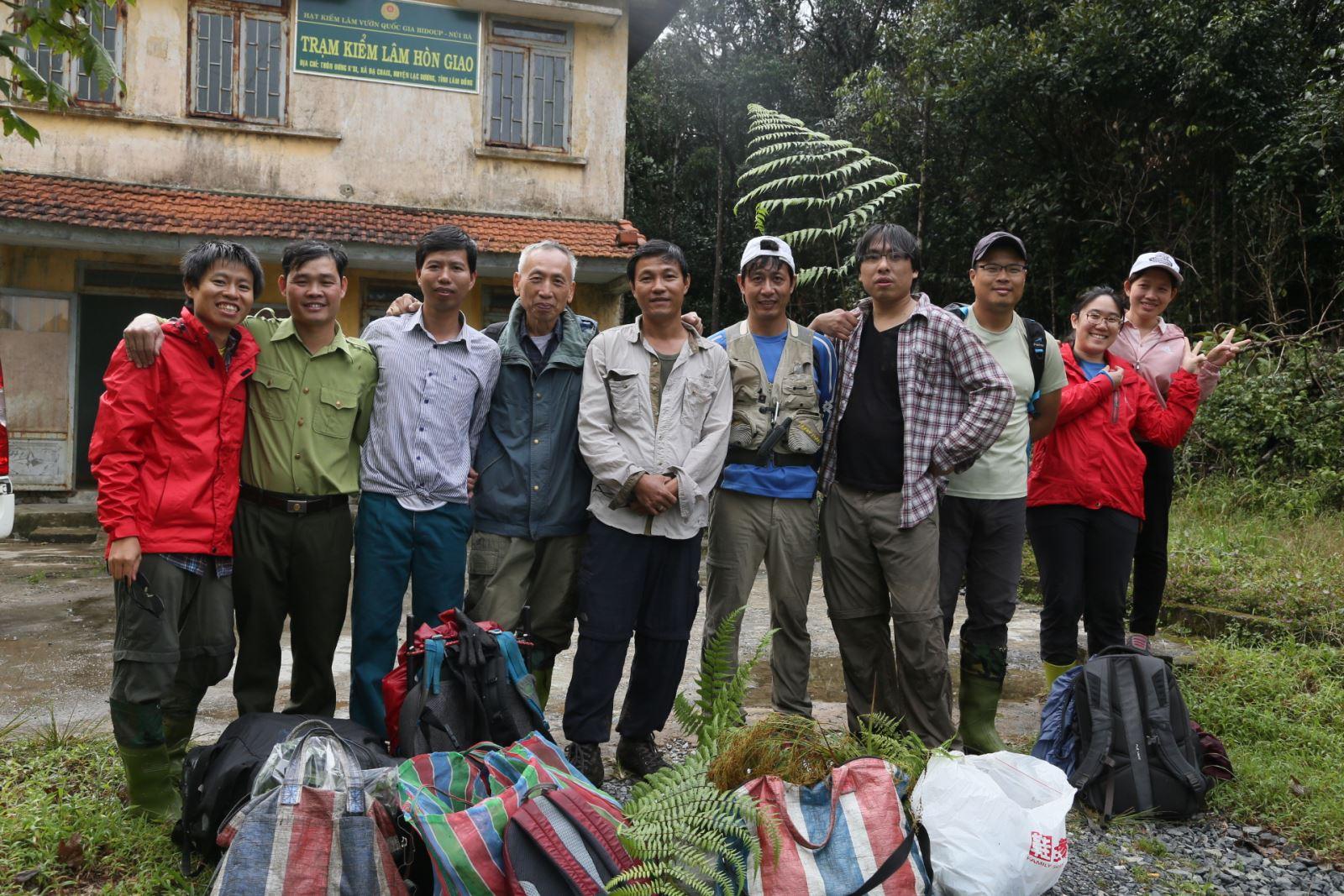 圖說,調查團隊於寮國野外就地整理標本