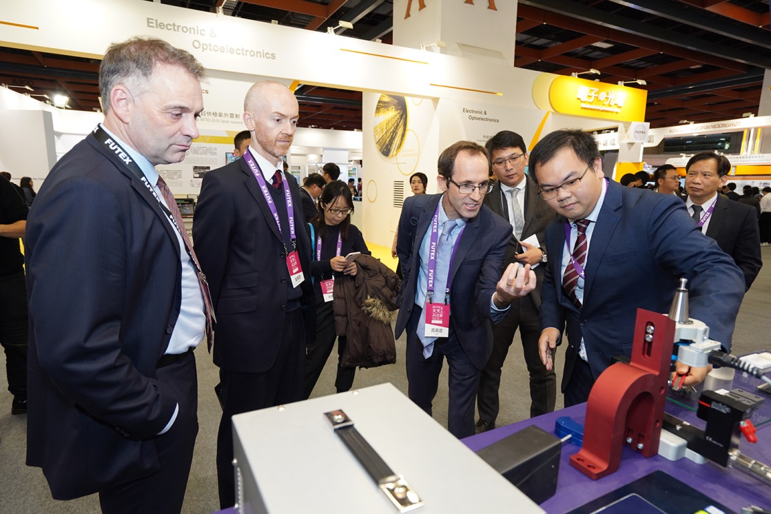 An academic research team demonstrates its latest technology and interacts with international participants in the exhibition.