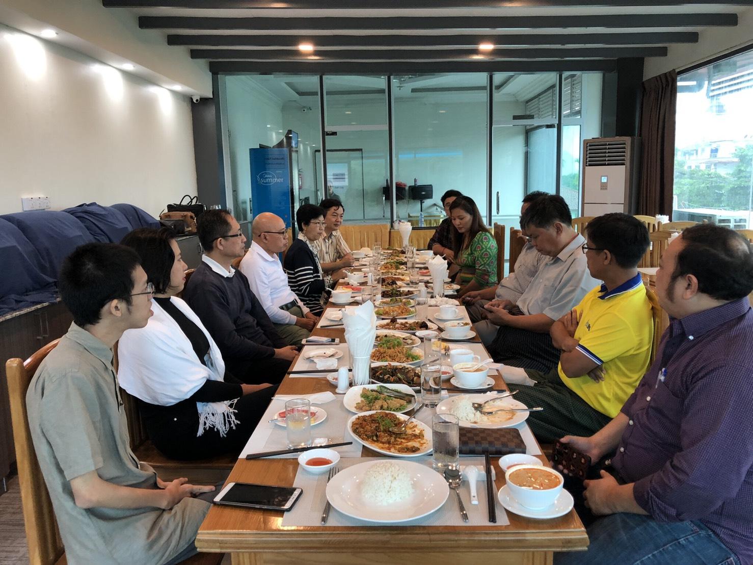 8月1 日共同主持人陪同妙鄧大使至緬甸勃固省(Bago Region)首府勃固(Bago),與當地商會進行商業午餐工作會議,聽取當地商會對於緬甸經貿政策之建議,並考察當地商業現況,同時妙鄧副主席出宣達我方即將在緬甸實施的商業調查,當地商會允諾必定全力支持。