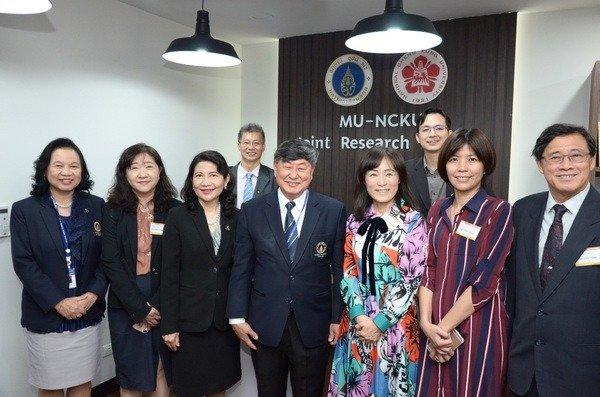 成功大學自2017年起,陸續在馬來西亞馬來亞大學(University of Malaya, UM)、越南胡志明醫藥大學(University of Medicine and Pharmacy at Ho Chi Minh City)及泰國馬希竇大學(Mahidol University, MU)設立海外科研基地。2019年開始推動跨國產、學、研合作。